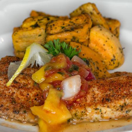 سمك السلمون المقلي مع الأرز و فلفل